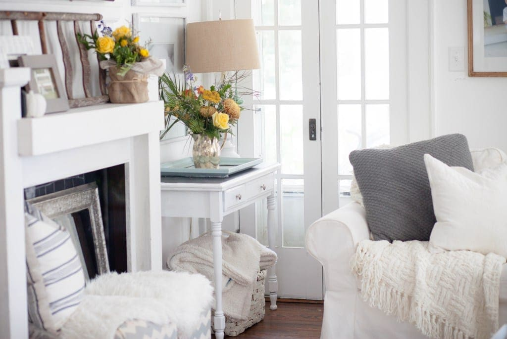 the colorful flowers in this living room are so freshly fall