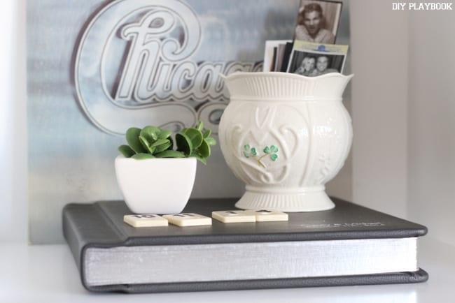 This shelf got a wedding album, a succulant, some potery and a Chicago record.