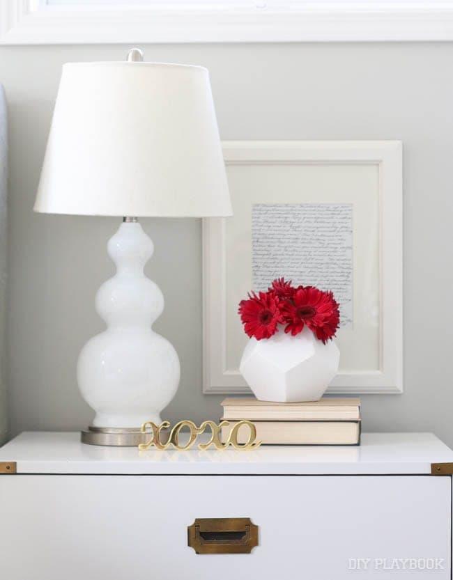 nightstand-flowers-bedroom-lamp