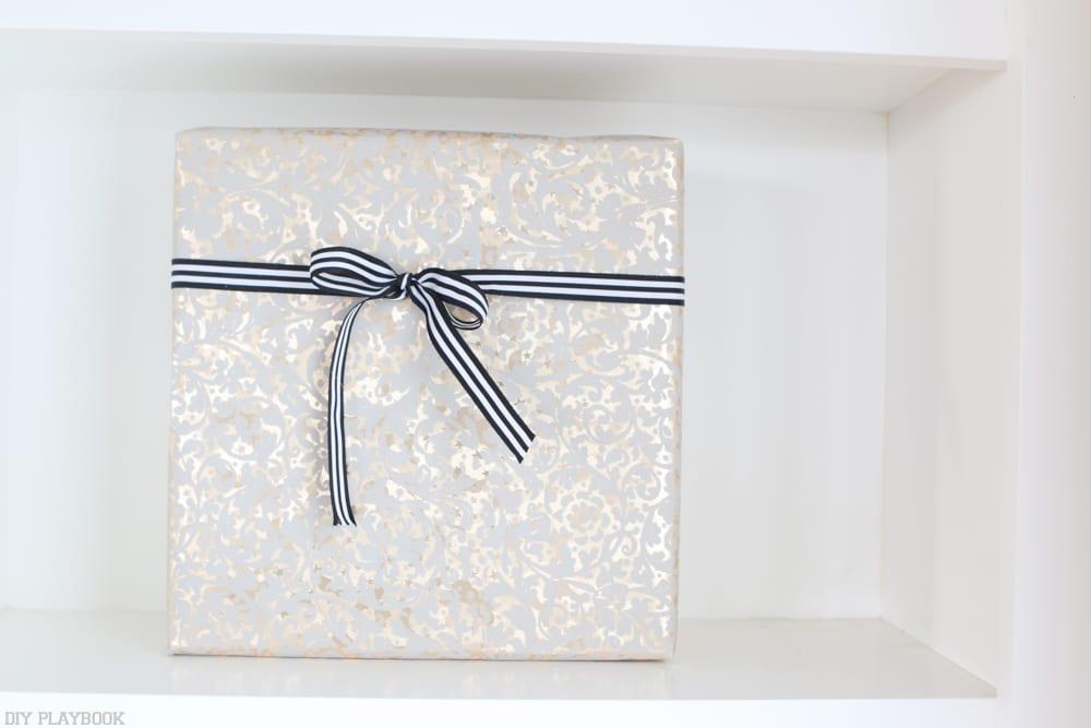 bookshelf-present-gold-rubbon