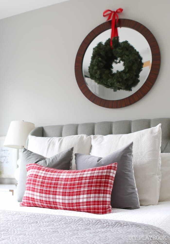 wreath-bedroom-bed-christmas