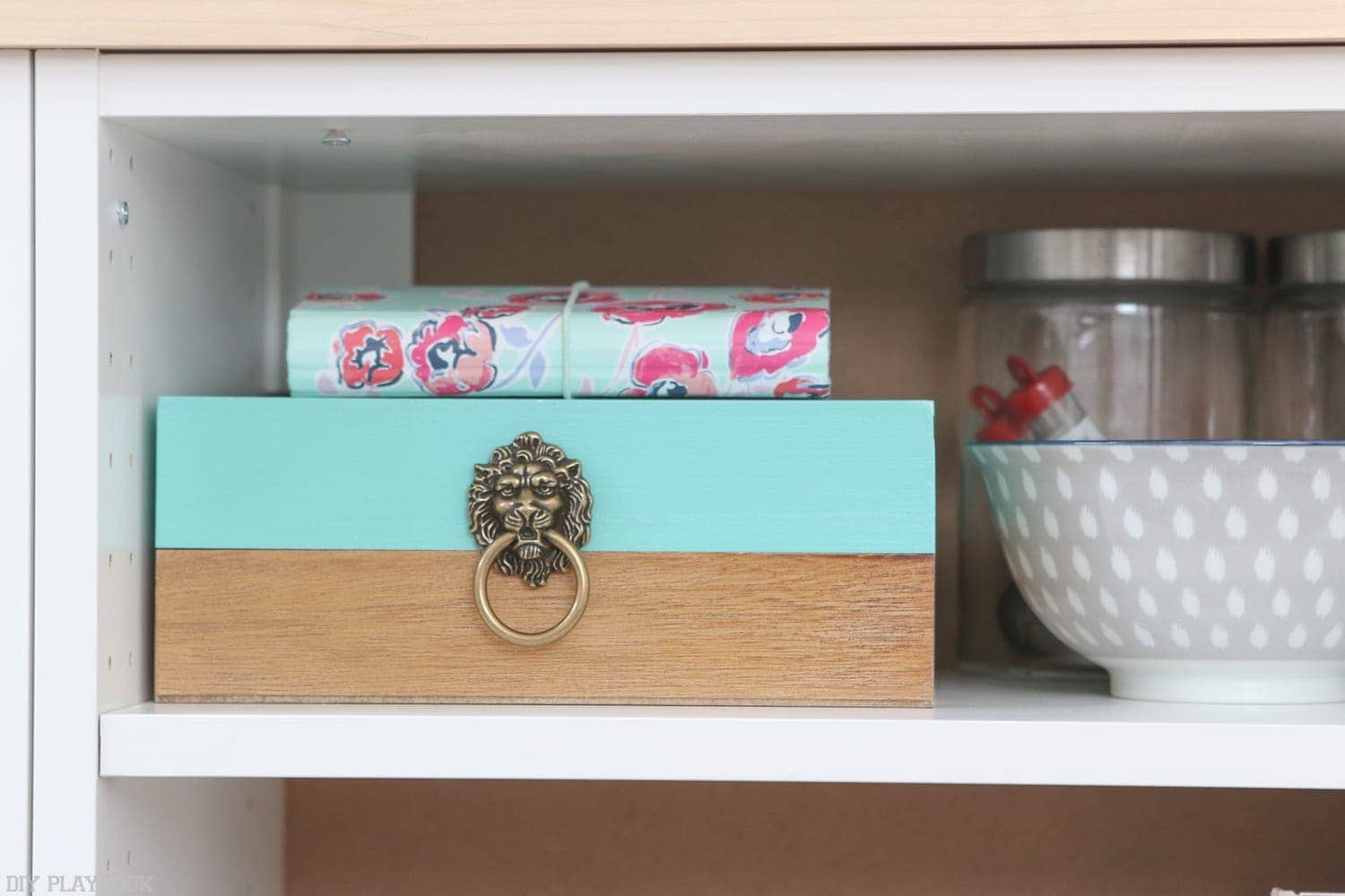 Adding secret storage to the office by organizing the DIY Fauxdenza