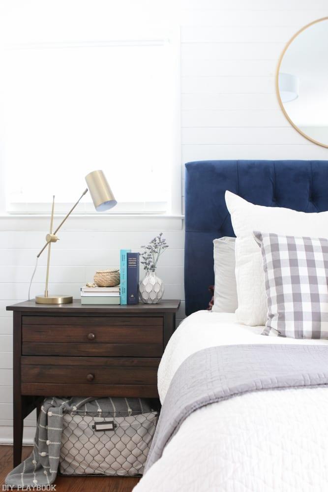 bedroom_headboard_Pillows_nightstand