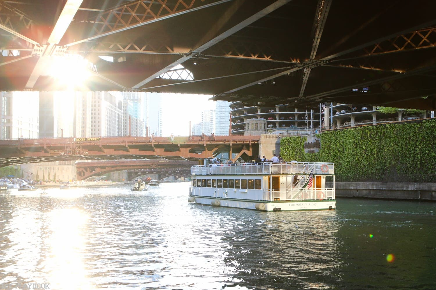 Chicago_River-sunset_boat