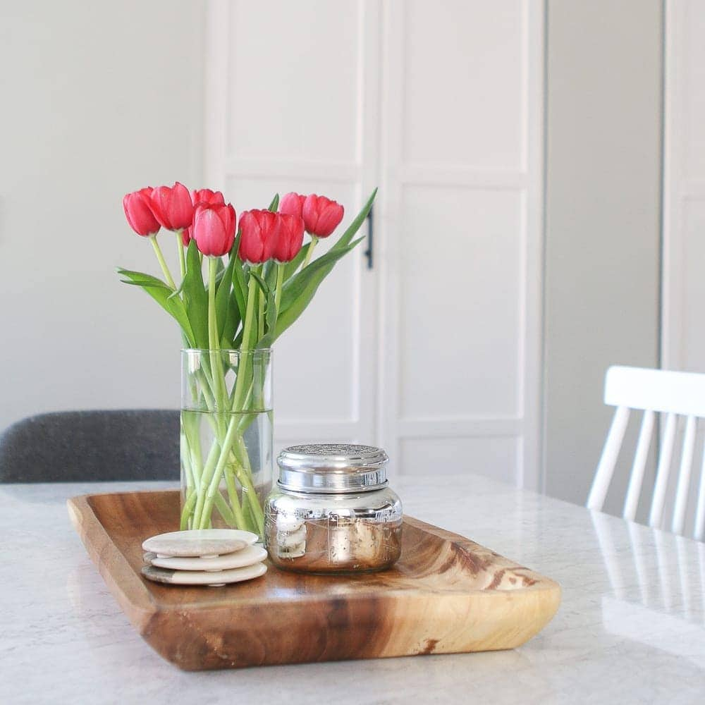 How to add accessories to a dining room tabletop