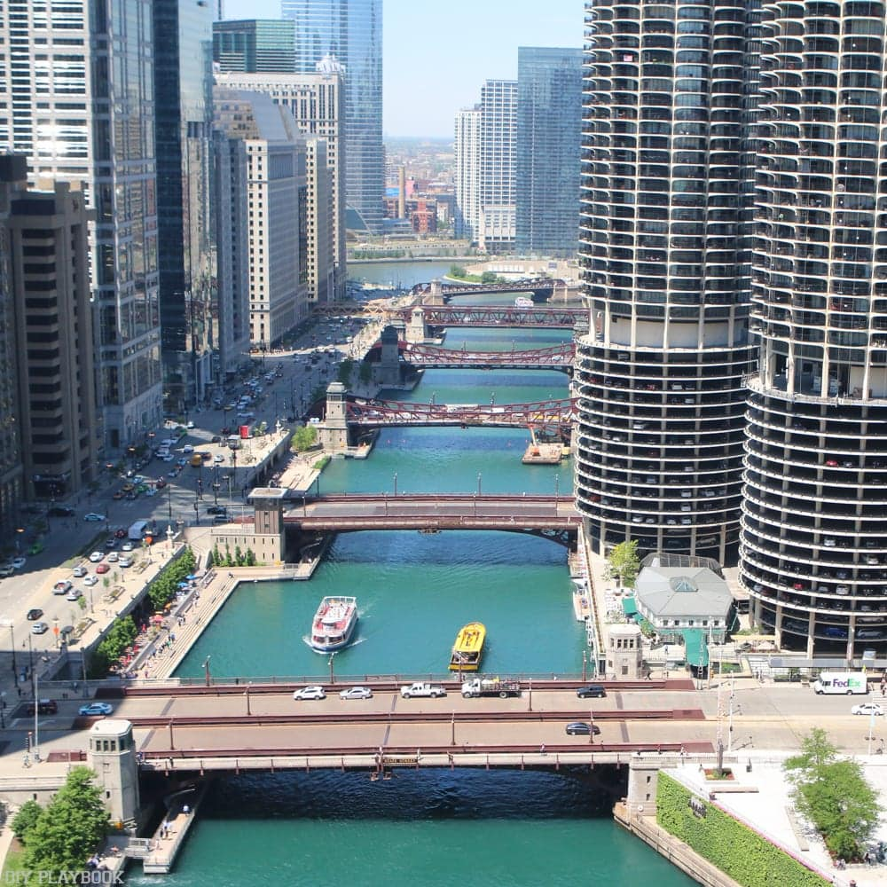 The Chicago river with water taxis and boats