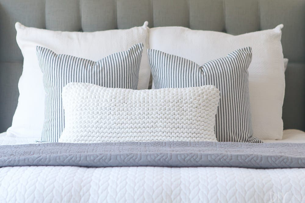 throw-pillows-bed