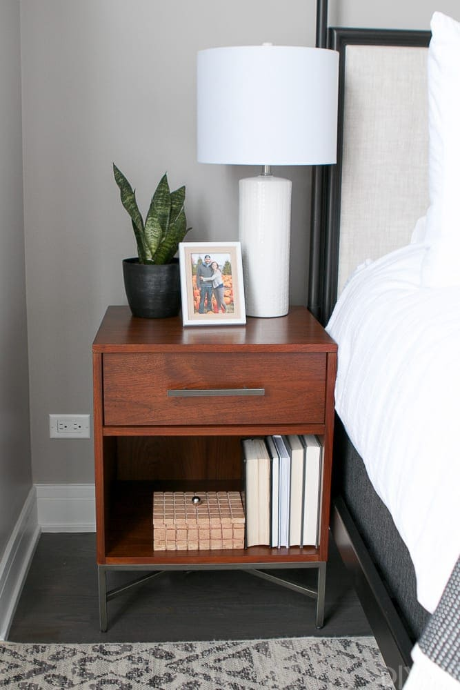 the symmetrical bedside tables give the room depth.