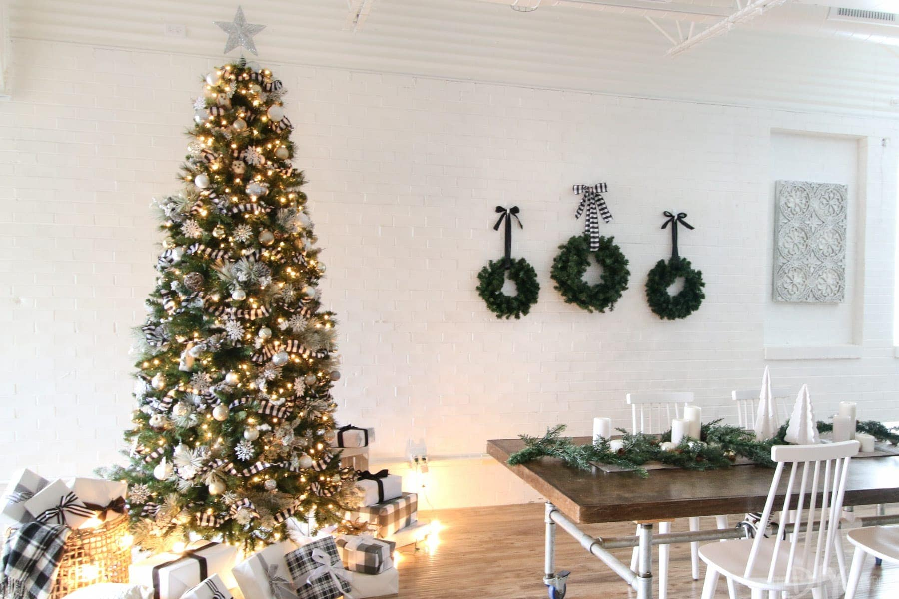 This Christmas tree decorated in black and white looks so cute next to the three wreaths: simple, elegant holiday decorating.