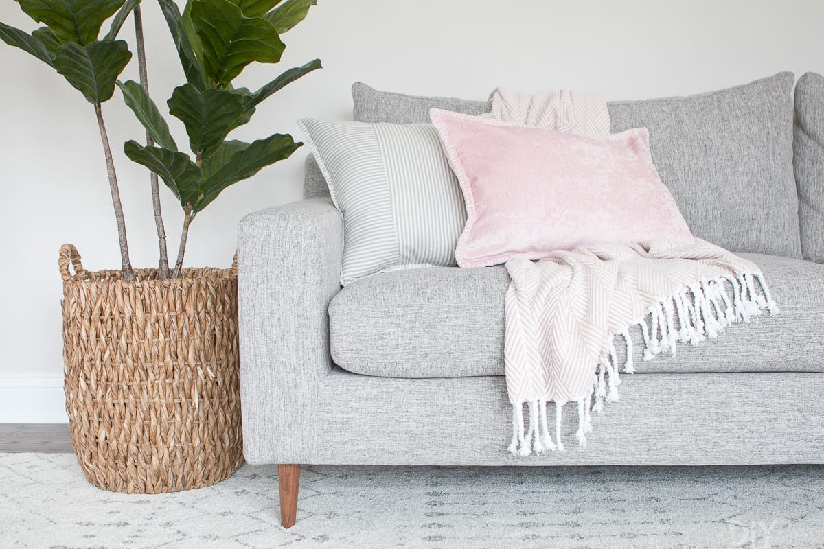 using blush pillows while decorating a couch
