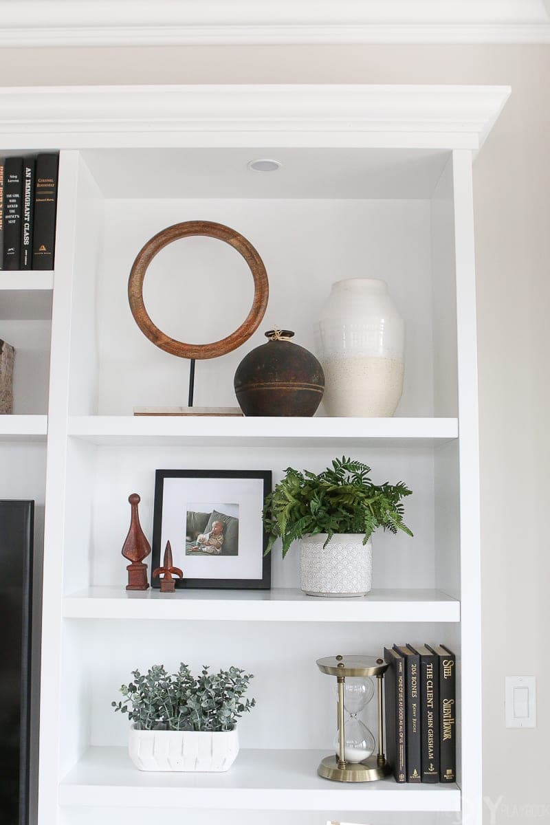 How to accessorize shelves