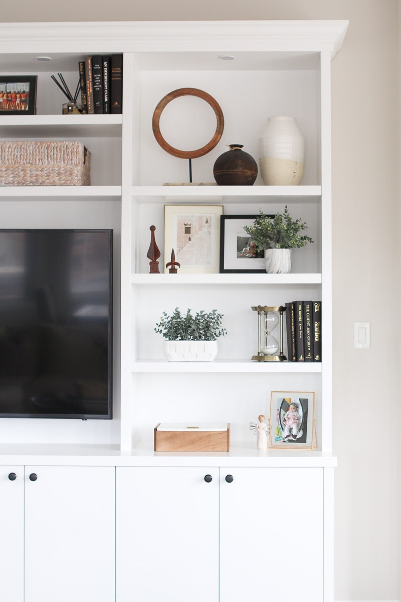 How to accessorize built-in shelves