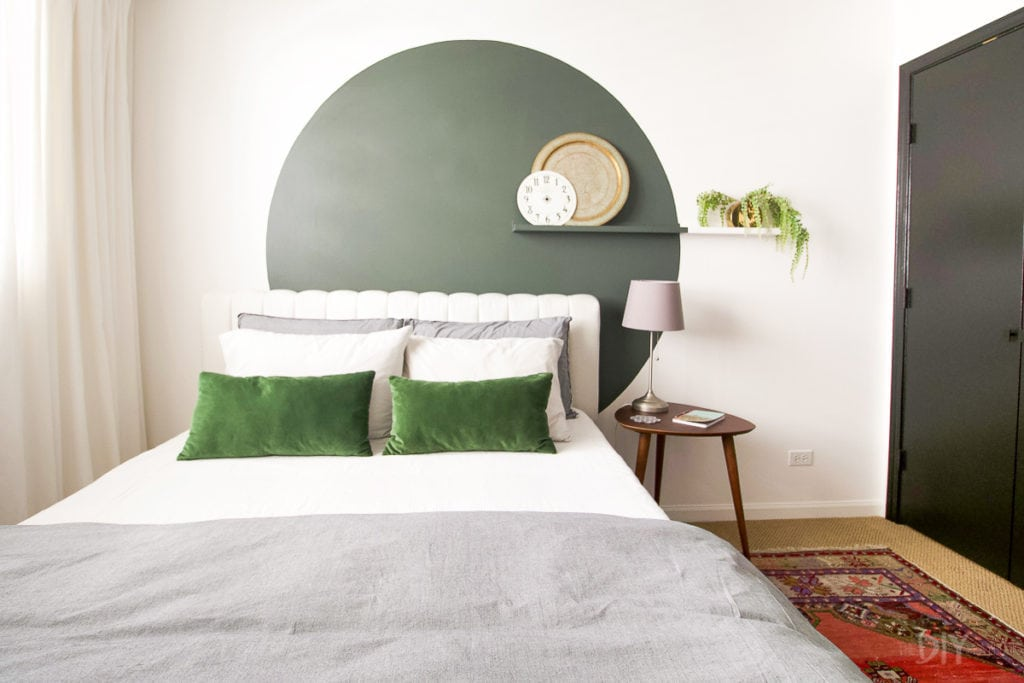 Circle accent wall behind a bed