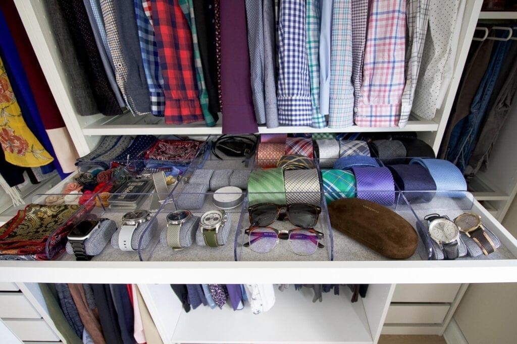 Pull-out tray for men's accessories