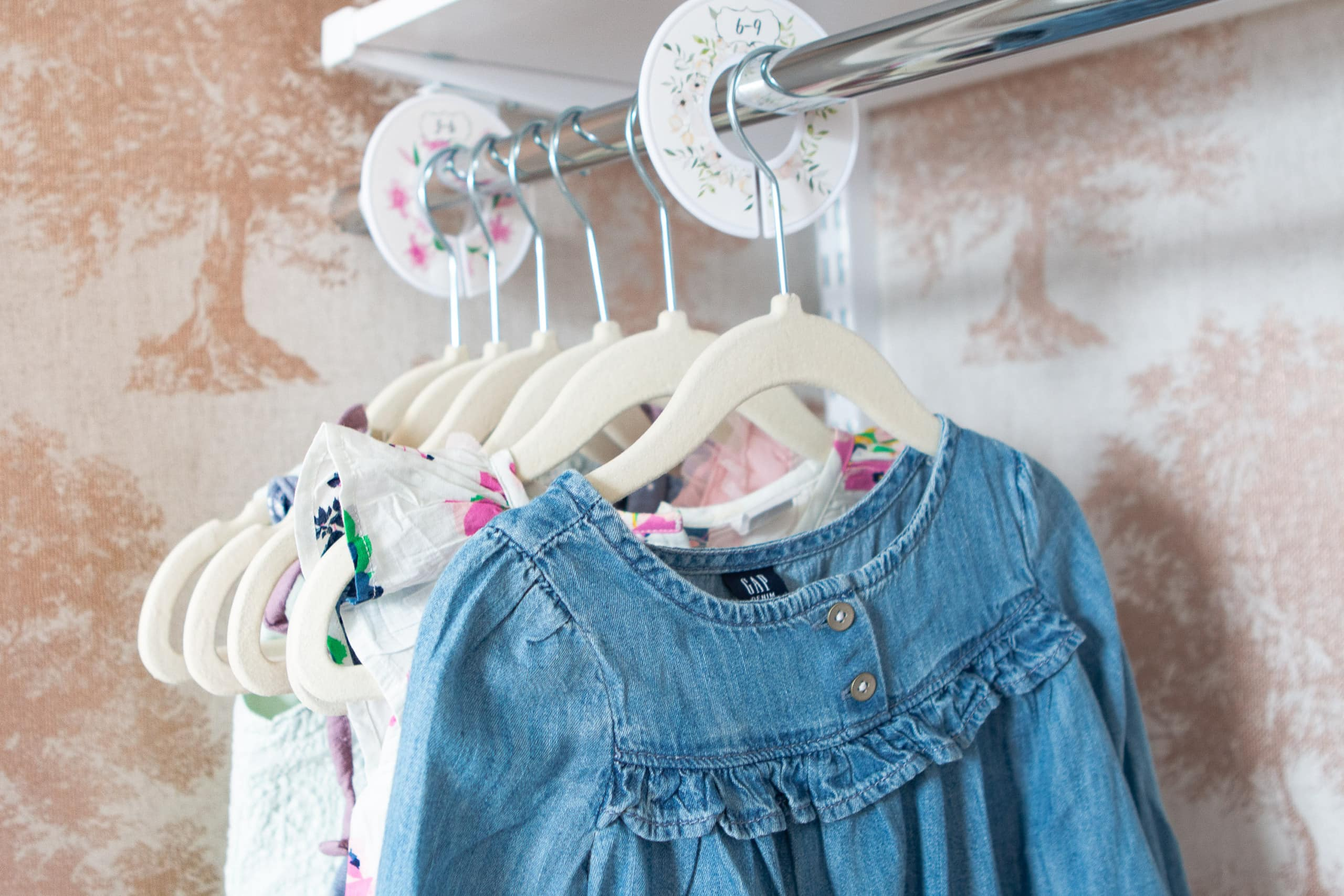 How to organize clothes in a nursery