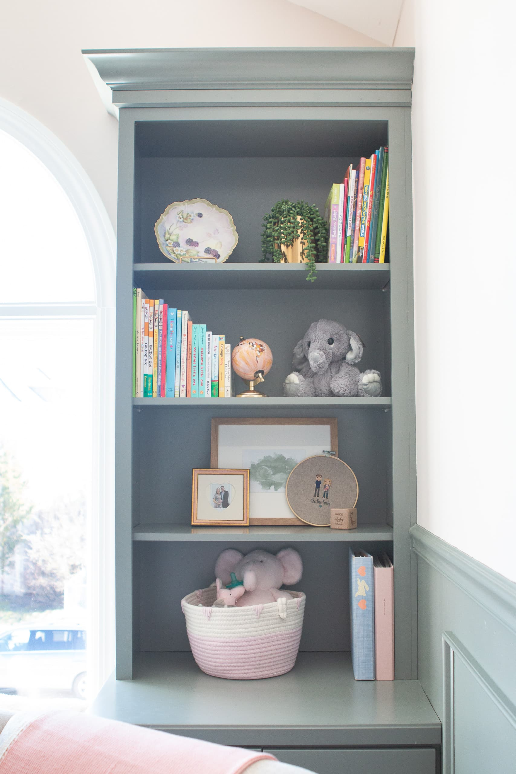 How to style bookshelves in a nursery