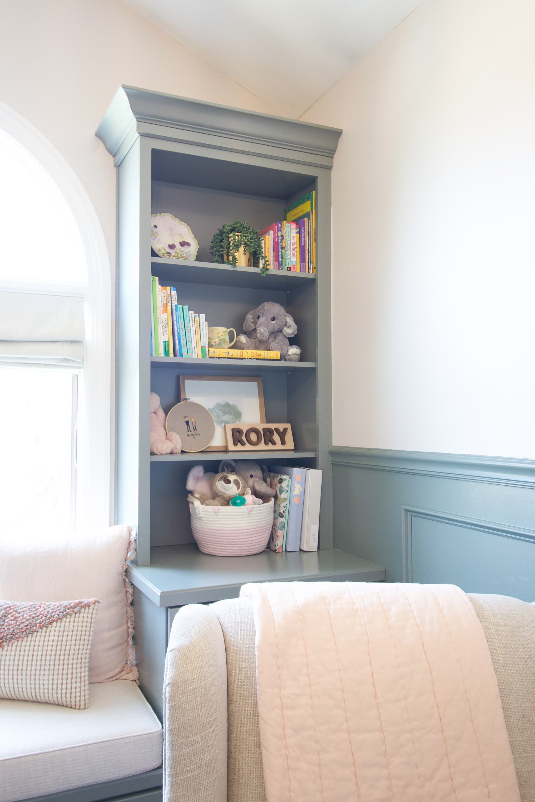 Best tips to style shelves in a nursery